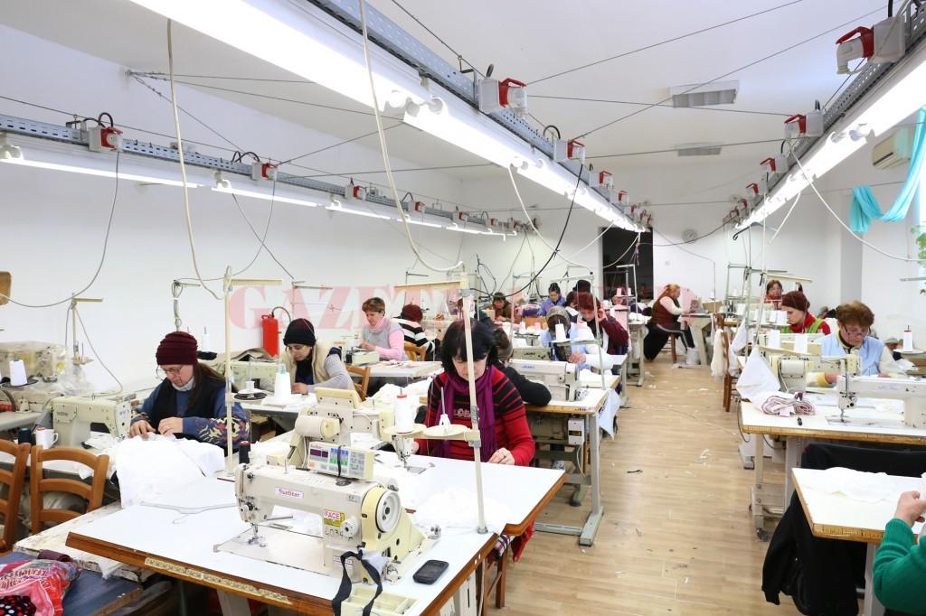 În micul atelier de confecții de la Pătulele se fac piese de vestimentație care ajung peste hotare (Foto: Lucian Anghel)