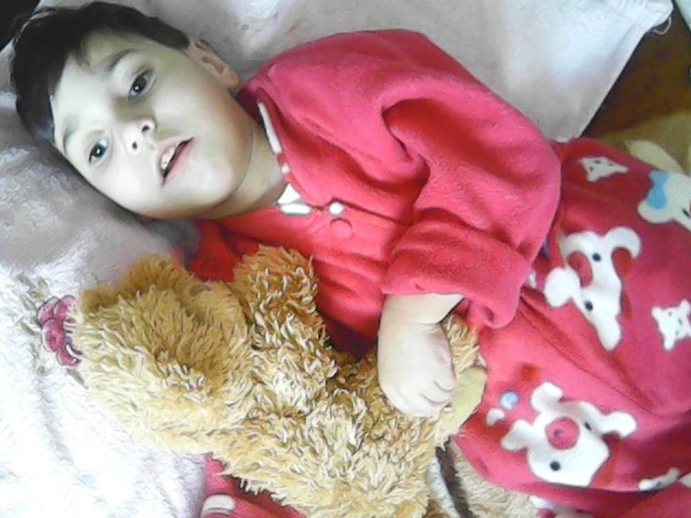Luiza are patru ani, este imobilizată la pat şi are nevoie de sprijin (FOTO: Arhivă personală)