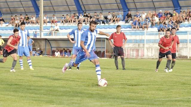 Simon Măzărache (la minge) beneficiază de toată încrederea antrenorilor craioveni (Foto: Alexandru Vîrtosu)