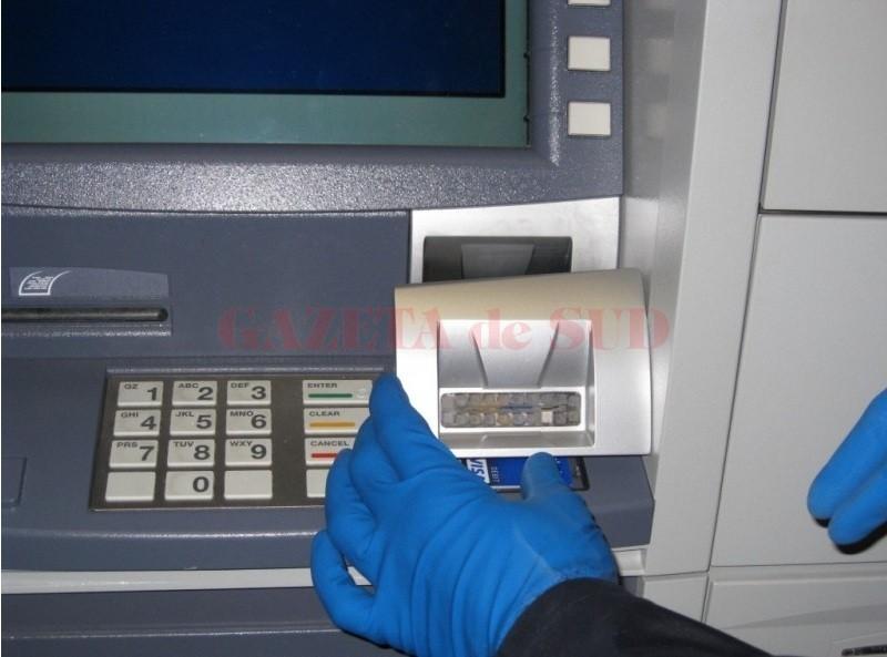 Bărbatul de 25 de ani este acuzat că a montat pe mai multe bancomate din Craiova dispozitive pentru copierea datelor și capturarea cardurilor bancare