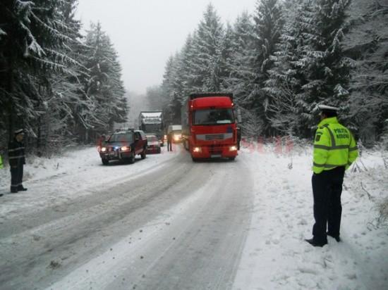 se-circula-in-conditii-de-iarna-s-a-depus-zapada-pe-drumuri-unde-a-nins-in-aceasta-dimineata-250020