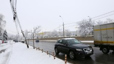 Pe strada Caracal, de șase luni un stâlp abia mai susţine cablurile (Foto: Bogdan Grosu)