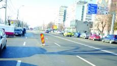 Reprezentanții Companiei de Apă Craiova spun că gura de canal trebuie ridicată de consructor la nivelul asfaltului (Foto: GdS)