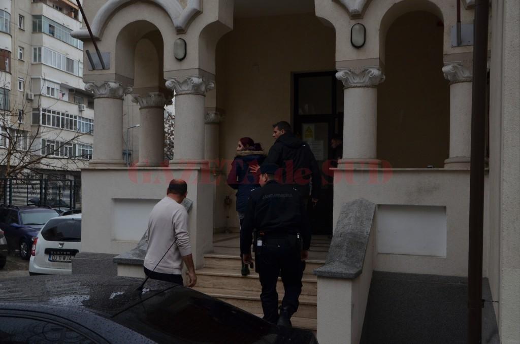 Vineri, oamenii legii au ridicat și dus la audieri mai multe persoane suspectate de comiterea infracțiunilor de trafic de persoane și proxenetism