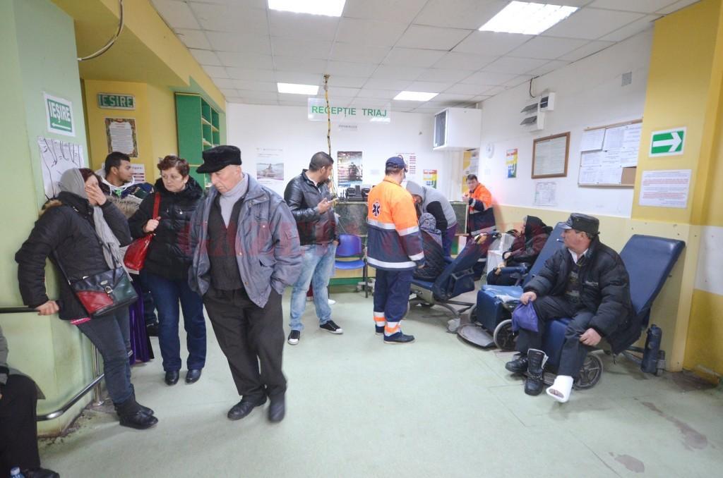 În această perioadă, Urgența Spitalului Județean Craiova este mult mai aglomerată pentru că zilnic ajung oameni cu fracturi (Foto: Traian Mitrache)