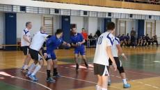 Vasile Luntraru (la minge) şi colegii săi s-au distrat cu echipa din Sebeş (foto: Claudiu Tudor)