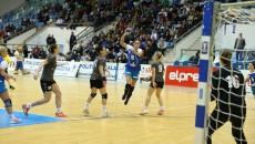 Dana Băbeanu (la minge) şi colegele ei nu au găsit drumul spre gol (foto: Claudiu Tudor)