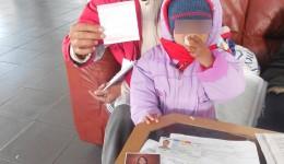 Anul trecut, Mariana Daniela Buruga a venit la GdS cu copilul cel mic, pentru a arăta cuponul de pensie de urmaș și actele copiilor și pentru a spune că este executată silit pe pensia micuților, din cauza unei erori a Casei de Pensii Dolj (FOTO: Arhiva GdS)