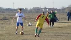 Olivian Surugiu (la minge) s-a distrat în câteva rânduri cu defensiva Ostroveniului (Foto: Alexandru Vîrtosu)
