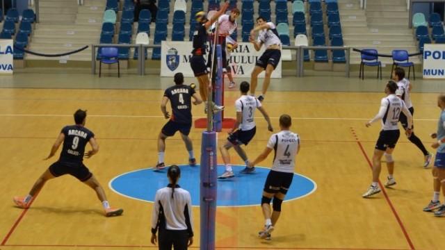 Craiovenii (în alb) nu au suferit nici o înfrângere în campionat până acum
