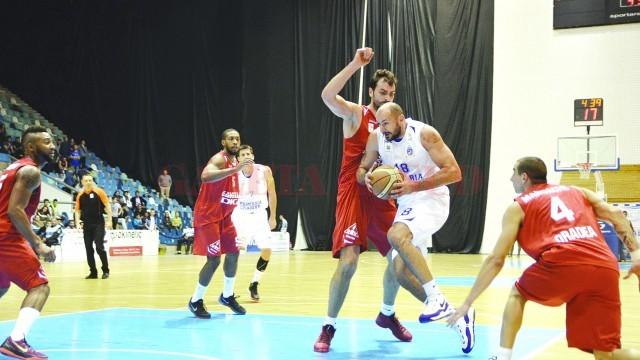 Bogdan Popescu (la minge) şi colegii săi au învins o dată Oradea în acest sezon, în Bănie (Foto: Arhiva GdS)