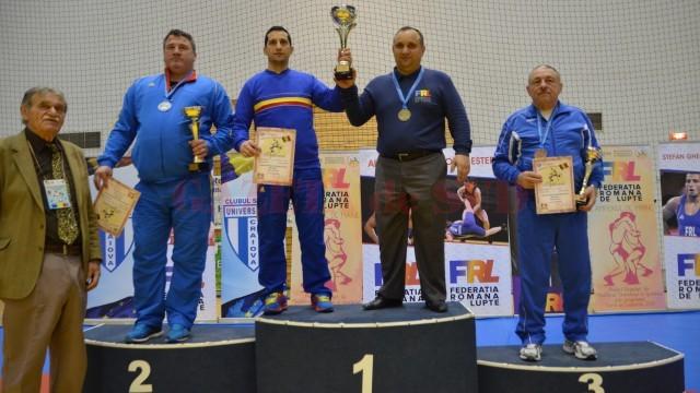 Frații Aurel și Marius Cimpoeru au primit trofeul pentru locul întâi în clasamentul cluburilor (foto: Bogdan Grosu)