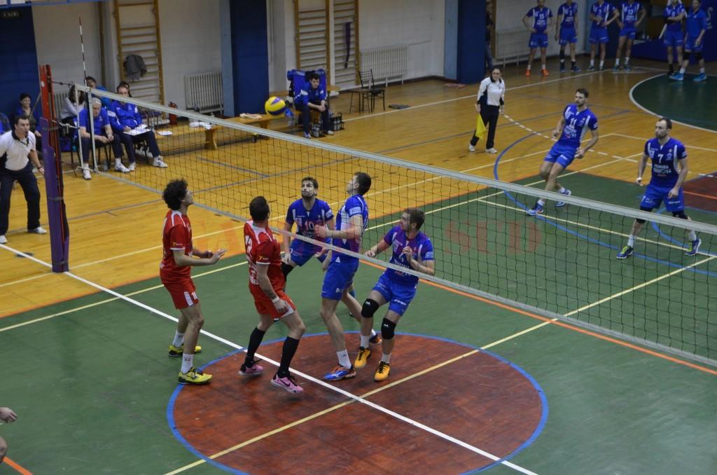 Voleibaliștii craioveni (în albastru) au pierdut două puncte în acest sezon în disputele cu Piatra Neamț (foto: Bogdan Grosu)