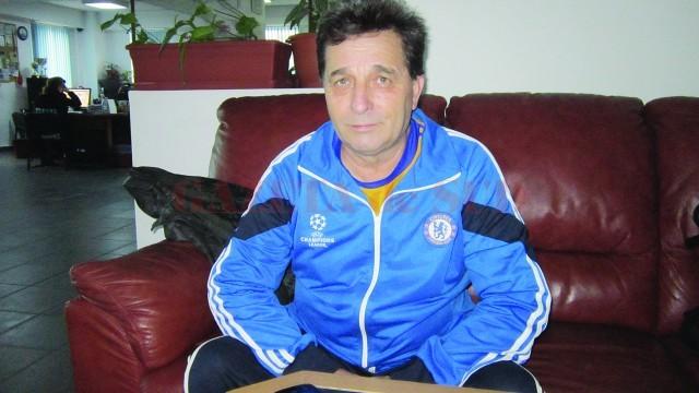 """Profesorul Andrei Onea, de la Școala gimnazială """"Nică Barbu Locusteanu"""" din Leu, reclamă faptul că este restructurat abuziv de directoarea școlii (Foto: Carmen Rusan)"""