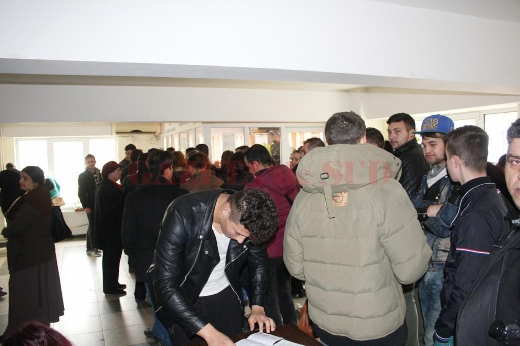 Craiovenii stau cu orele la coadă pentru a-și scoate un cazier judiciar (Foto: Bogdan Grosu)