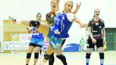 Alexandra Iovănescu (la minge) şi colegele sale au ratat din toate poziţiile (Foto: Claudiu Tudor)