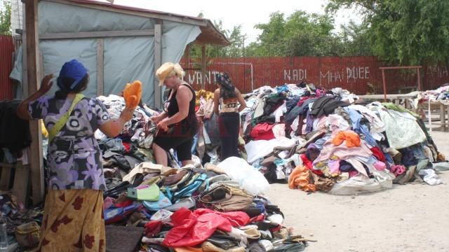 Comercianţii de haine vechi din târg sunt greu de impozitat (Foto: Arhiva GdS)