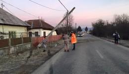 Un stâlp de curent a fost rupt în urma impactului