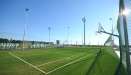 Teren de tenis de câmp, cu panouri pentru baschet