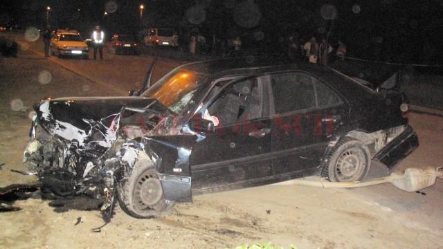 Șoferul și pasagerul Mercedesului au abandonat mașina și au fugit  după producerea accidentului (Foto: Arhiva GdS)