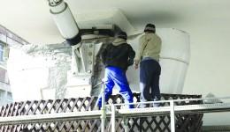 Muncitorii au început, ieri, demontarea amortizorului, care s-ar fi blocat din cauza frigului (Foto: GdS)