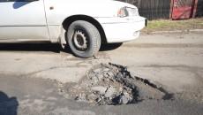 """""""Craterele"""" de pe strada Toporași, pericol pentru maşini ()"""