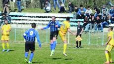 Dorel Stoica (la minge) a fost unul dintre cei mai buni jucători de pe teren, în ciuda kilogramelor în plus pe care le are (Foto: Alexandru Vîrtosu)