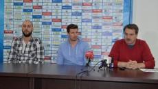 La conferința de presă au participat Cătălin Burlacu, Vladimir Vuksanovic și directorul clubului, Marius Barcan (foto: Claudiu Tudor)