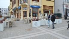 Unele baruri din Craiova se pregăteau ieri de intrarea în legalitate privind legea antifumat