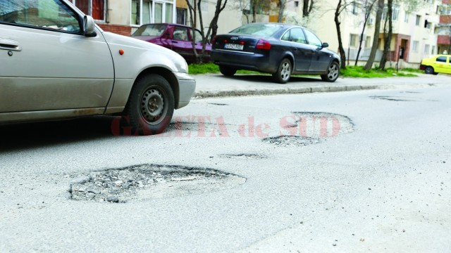 Pe multe străzi din cartierul 1 Mai, șoferii fac slalom printre gropi