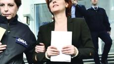 Primarul PSD al Craiovei, Lia Olguţa Vasilescu, a ieşit în cătuşe din sediul DNA după ce procurorii l-au acuzat că a primit mită peste 250.000 de euro (Foto: stirileprotv.ro)