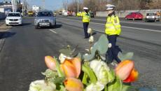 Șoferițele au primit ieri, cu ocazia zilei de 8 Martie, buchete de flori și recomandări de la polițiștii craioveni