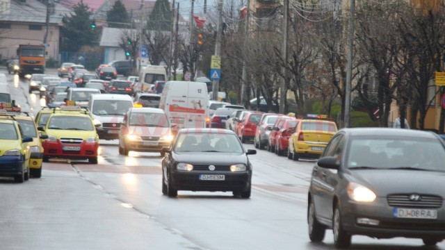 Proprietarii de mașini din Craiova plătesc impozit mai mare la primărie față de anul trecut, în ciuda faptului că autoritățile anunțaseră  că nu s-au majorat impozitele și taxele în urbe (Foto: Traian Mitrache)