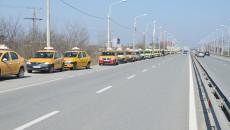 Câteva sute de taxiuri au stat ieri la coadă pentru schimbarea tarifului din casele de marcat (Foto: GdS)