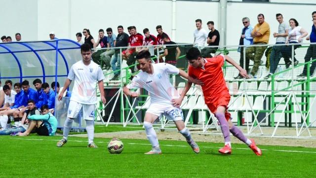 Gârbiţă (la minge) şi colegii săi au reuşit în repriza secundă să marcheze de două ori şi să întoarcă soarta meciului (Foto: Alexandru Vîrtosu)