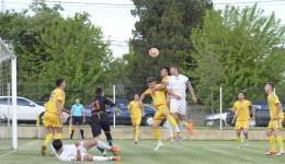 Cârcea (în galben) şi Cetate au oferit un meci spectaculos (foto: Alexandru Vîrtosu)