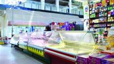 În magazinul unde joi o angajată dădea cu carnea pe jos, pe podea, apoi o punea direct în vitrinele frigorifice, vineri nu prea mai era nici un sortiment de carne la vânzare (Foto: Bogdan Grosu)