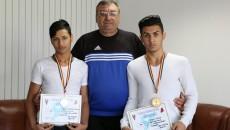 Doi dintre medaliații craioveni, Mario Pascu (stânga) și Daniel Băran, alături de antrenorul lor, Ion Joița (foto: Lucian Anghel)
