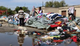 Comercianții își expun marfa în praf și bălți (Foto: Lucian Anghel)