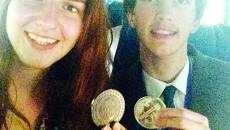 Bianca Andrei, medaliată cu bronz, anul trecut, la OIimpiada internațională de fizică, alături de un coechipier  (Foto: Arhiva personală Bianca Andrei)
