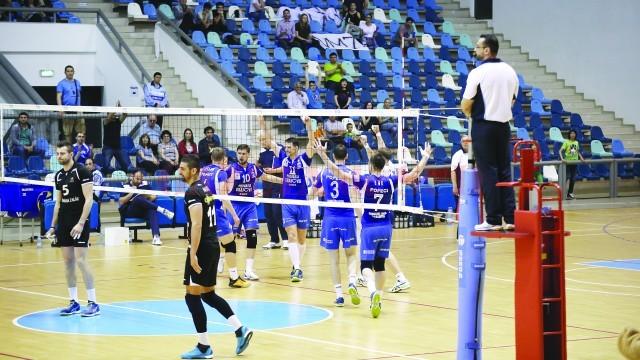 Jucătorii craioveni (în albastru) sunt la o victorie distanţă de titlul de campioni naţionali (Foto: Bogdan Grosu)