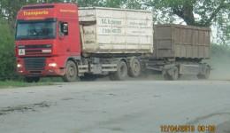 Masinile care transportă gunoi de la Caraş-Severin la groapa de gunoi de langă Craiova (Foto: Dan Cherciu)