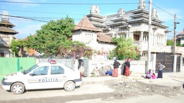 Polițiștii craioveni au descins în mai multe rânduri la comercianții de fier vechi de pe strada Râului, iar luni au hotărât să rețină două persoane