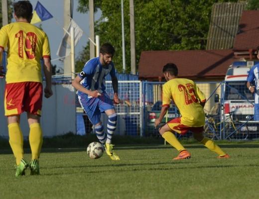 Ionuţ Florea (la minge) a marcat un supergol cu Metalurgistul Cugir (foto: Alexandru Vîrtosu)