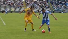 """Hergheligiu (la minge) a bifat """"dubla"""" în meciul cu Petrolul (foto: Alexandru Vîrtosu)"""