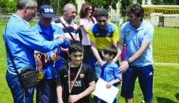 Marian Calafeteanu, Nae Ungureanu, Gheorghiţă Geolgău şi Silviu Bogdan au acordat micuţilor diplome şi medalii pentru participarea la Interliga Naţională (Foto: Alexandru Vîrtosu)