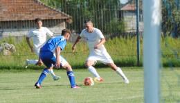 Adrian Cârstea (la minge) și colegii săi au încheiat sezonul en-fanfare (foto: fcpodari.ro)