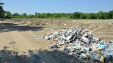 Pe locul unde ar trebui să existe parcarea de la Water Park se află tot mormane de gunoi și moloz (Foto: Claudiu Tudor)
