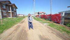 Drumul de pe strada Socului din Malu Mare are opt metri lățime, măsurat de la un gard la altul, respectiv puțin peste patru metri până la axul drumului (Foto: Traian Mitrache)