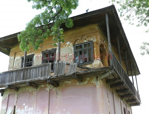 Cula Izvoranu-Geblescu, în stare avansată de degradare (Foto: Lucian Anghel)